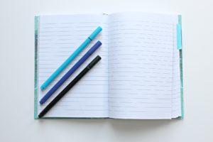 Lapiceras y cuaderno para Write Night.