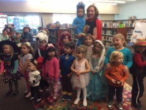 Niños disfrazados con Ms. Elizabeth.