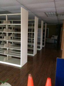 Hileras de estantes vacíos que esperan ser llenados.