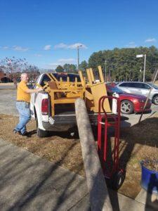 Cargando muebles y una alfombra en el camión.