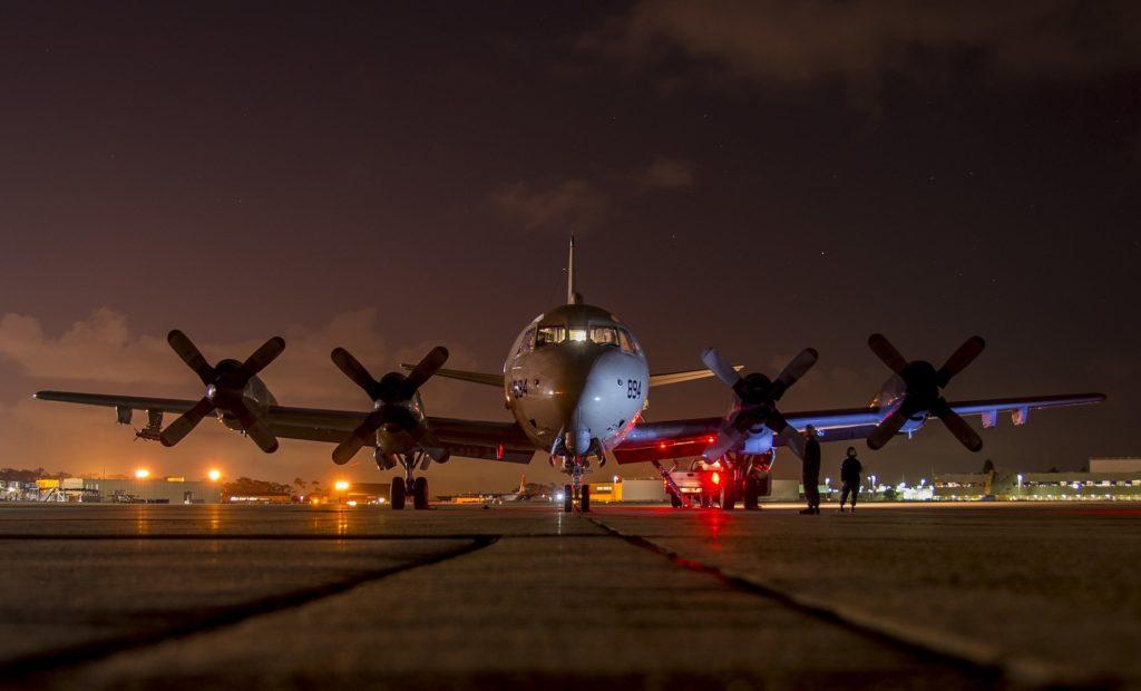 Avión en una pista de noche.