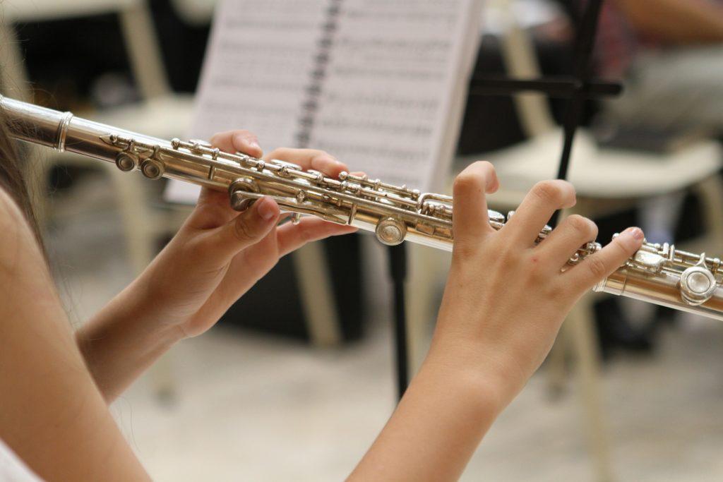 Una mujer tocando la flauta.