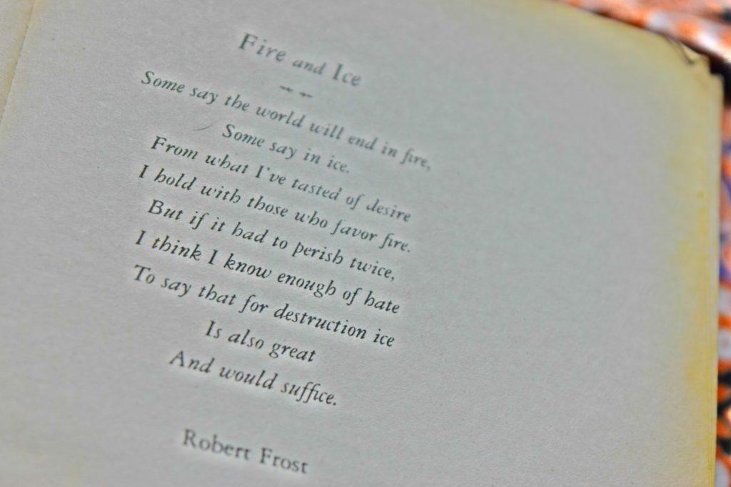 Imagen borrosa del poema Fire and Ice de Robert Frost.