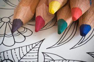 Lápices de colores y una página para colorear.