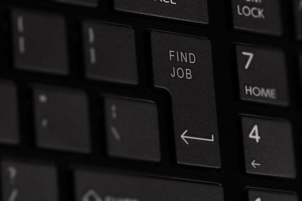 """Botón """"buscar empleo"""" falso en un teclado."""