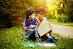 Niños leyendo al aire libre.
