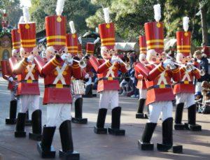 Desfile navideño, miembros de la banda vestidos como soldados de juguete