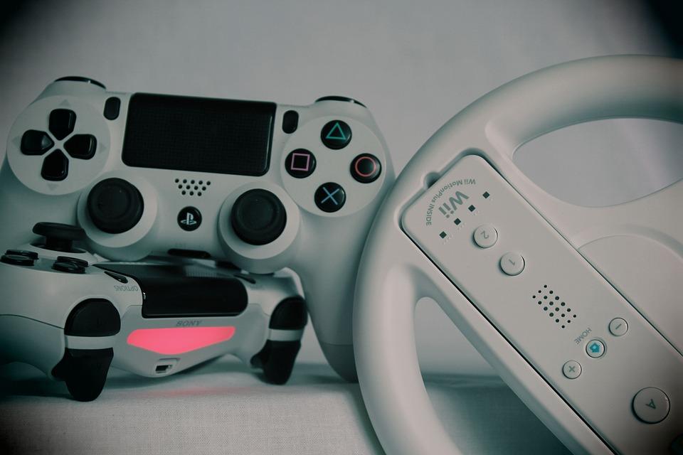 Controlador de PS4 y un controlador de Wii.