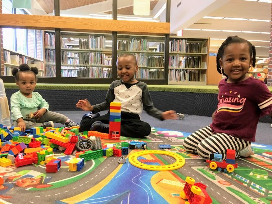 Niños jugando en la biblioteca.