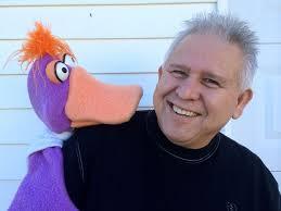 Ventrílocuo y comediante Gene Cordova con un títere